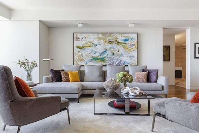 17. Tipos de sofá cinza com chaise para decoração de sala branca com quadro grande – Foto: NEAT Method