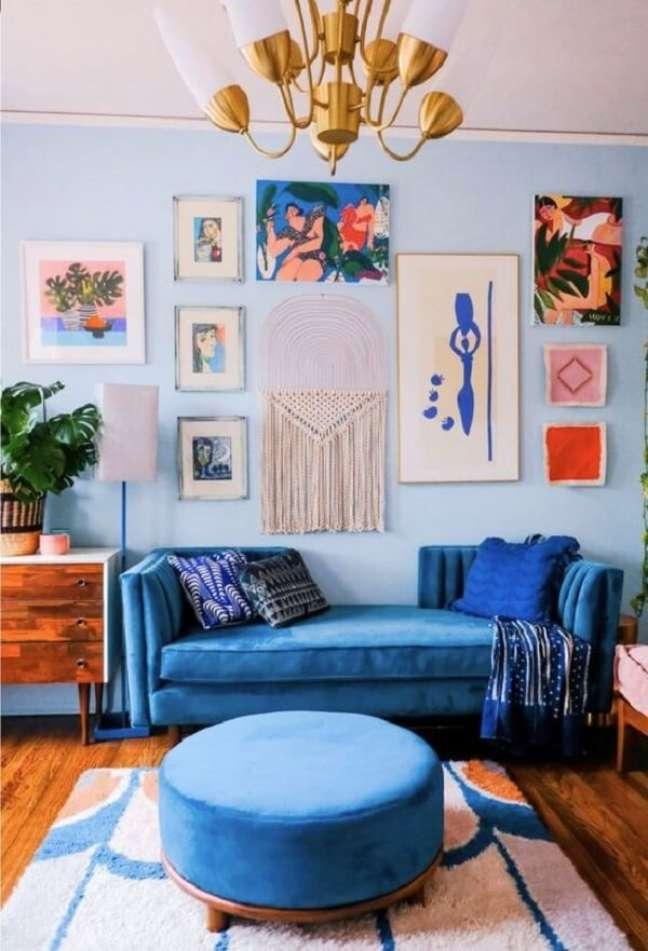 6. Escolher uma cor principal e incluir pequenos objetos de sua cor complementar é uma forma prática de colorir sua sala. Fonte: Homepic