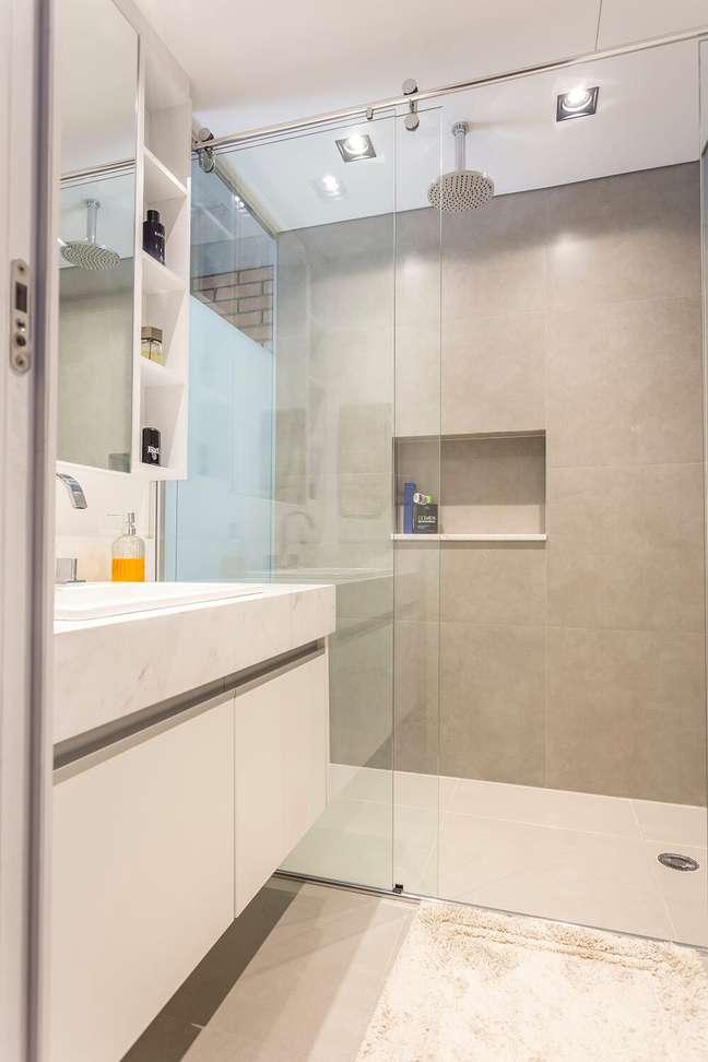 11. A película jateada do vidro traz privacidade para quem usa o banheiro. Foto: JP Image