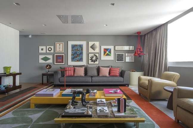 54. Tipos de sofás para sala cinza decorada com detalhes coloridos – Foto: Antônio Ferreira Junior e Mario Celso Bernardes