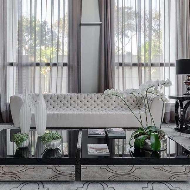 30. Tipos de sofás capitonê para decoração de sala de estar sofisticada – Foto: Ronaldo Rizzutti