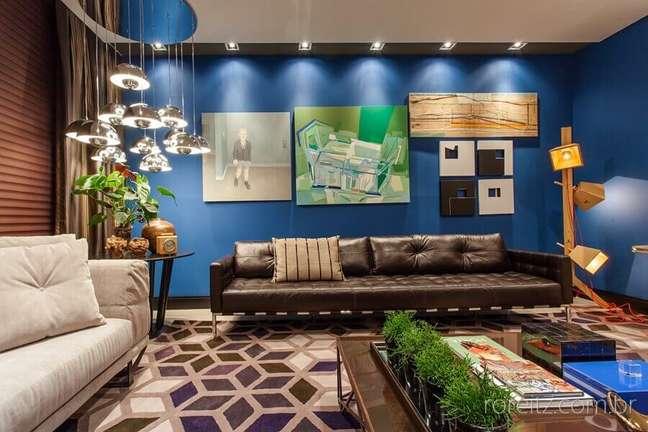 44. Tipos de sofás de couro para decoração de sala com quadros para parede azul – Foto: Juliana Pippi