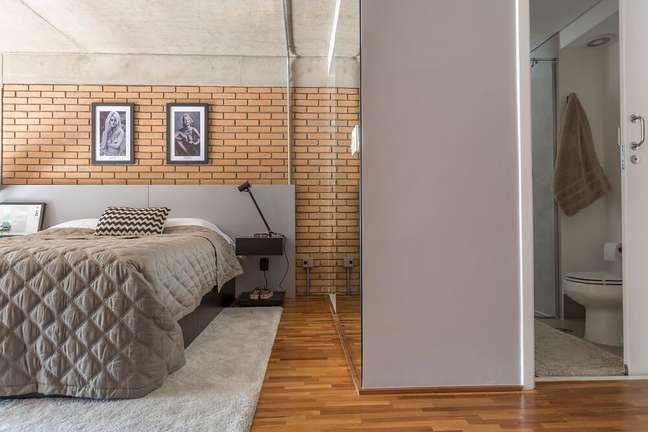 12. A cama de casal desenhada pelo próprio escritório conta com gaveteiros. Foto: JP Image
