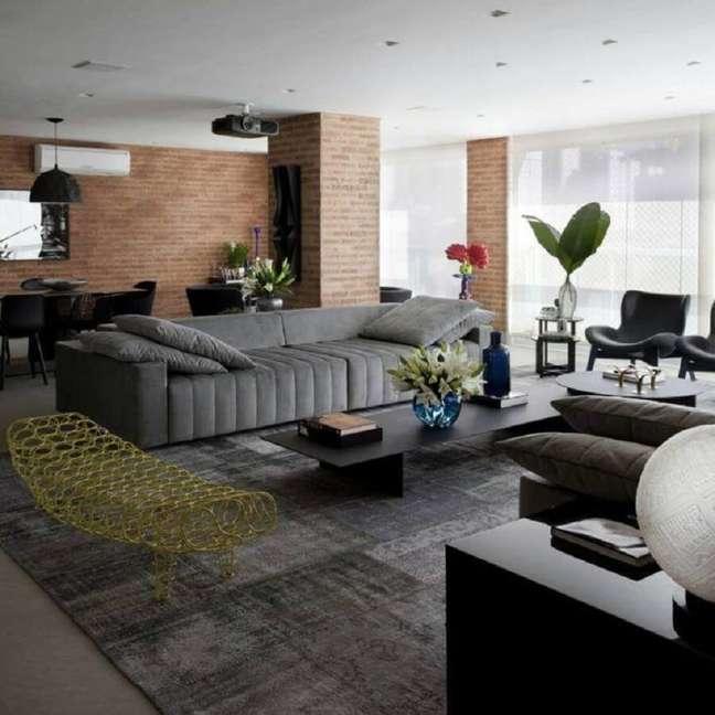 33. Tipos de sofás cinza para decoração de sala de apartamento com varanda integrada – Foto: Marcelo Rosset