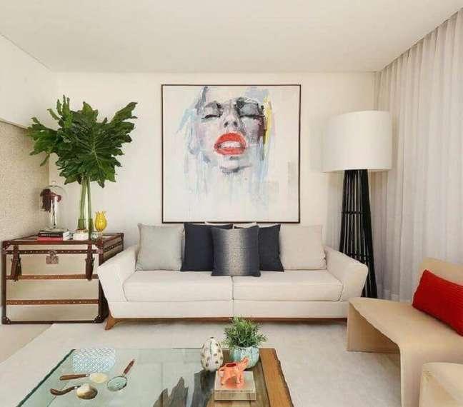59. Tipos de sofás para sala pequena decorada em cores claras com abajur de chão – Foto: San Lombardi