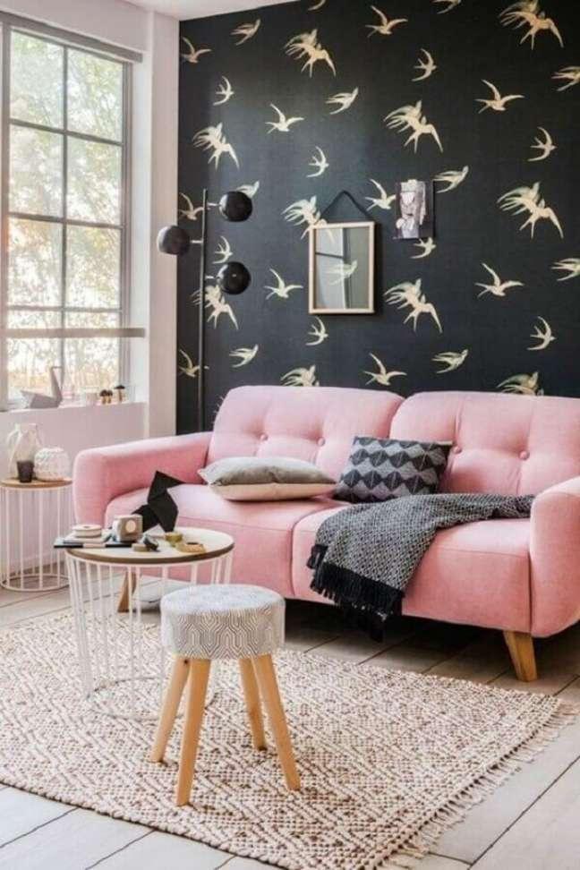 10. Tipos de sofá retro para decoração de sala com papel de parede preto – Foto: Archzine