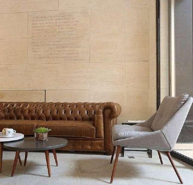 6. Tipos de sofá chesterfield de couro para decoração de sala com poltrona cinza clara – Foto: Mariana Orsi Fotografia