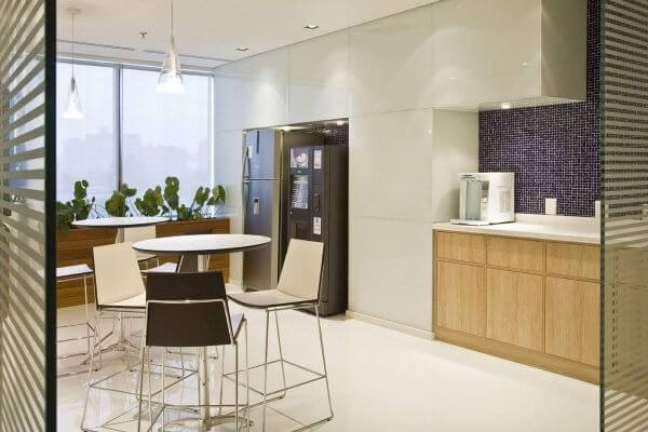 9. Cozinha branca organizada com geladeira inox – Foto Artiun Arquitetura