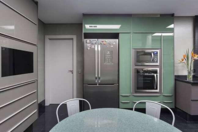 1. Como organizar geladeira inverse na cozinha moderna – Foto Maria Luisa Mendes