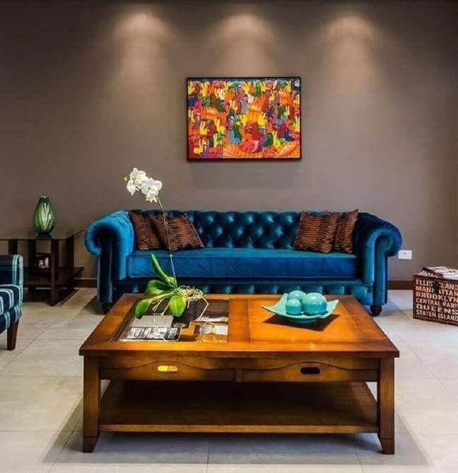 11. Tipos de sofás de veludo azul para decoração de sala cinza com mesa de centro de madeira – Foto: Altenfelder Arquitetura