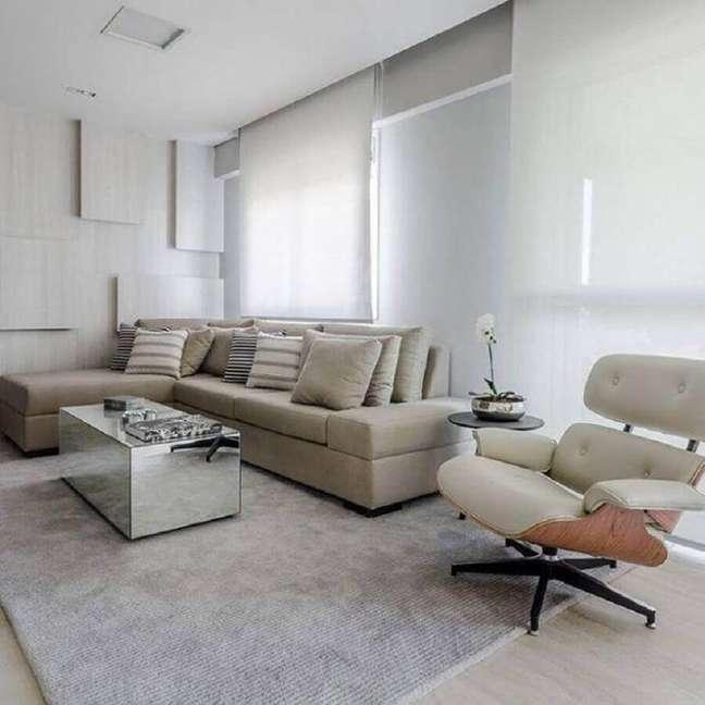 34. Tipos de sofás com chaise para decoração de sala branca minimalista – Foto: Ronaldo Rizzutti
