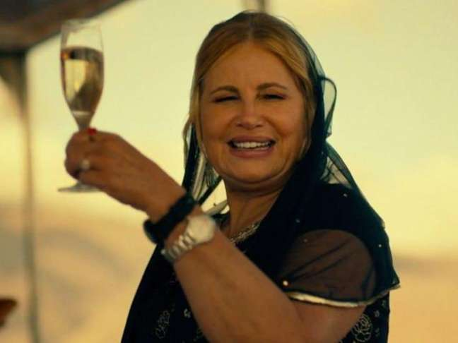 "Jennifer Coolidge vive uma milionária excêntrica na série ""The White Lotus"", na HBO Max"