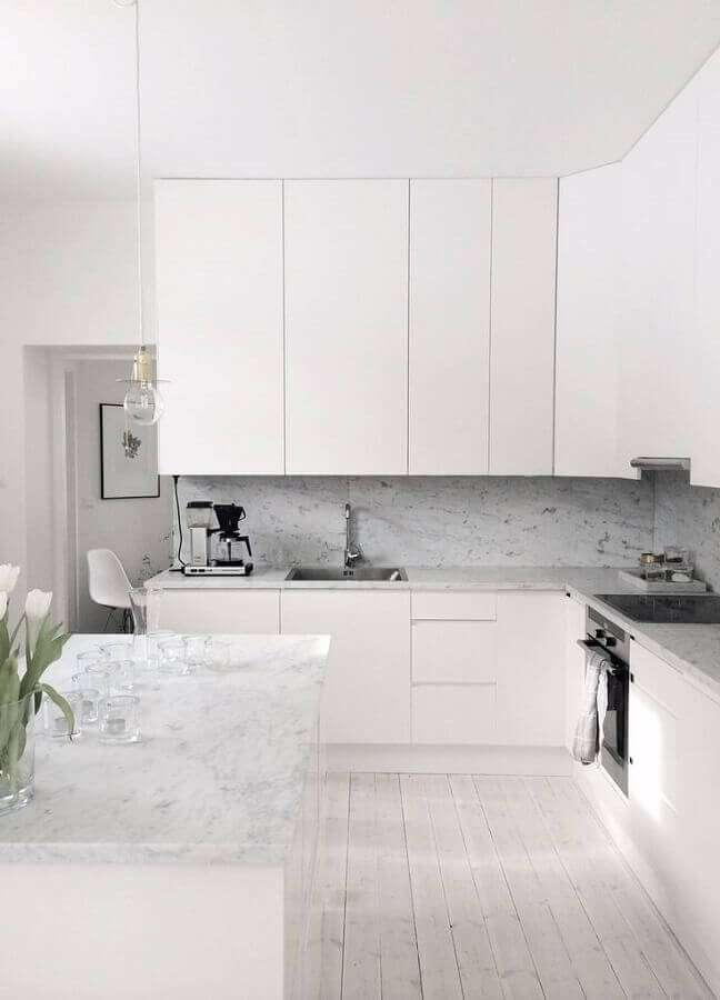 29. Decoração de cozinha minimalista com gabinete branco – Foto: Liens commerciaux