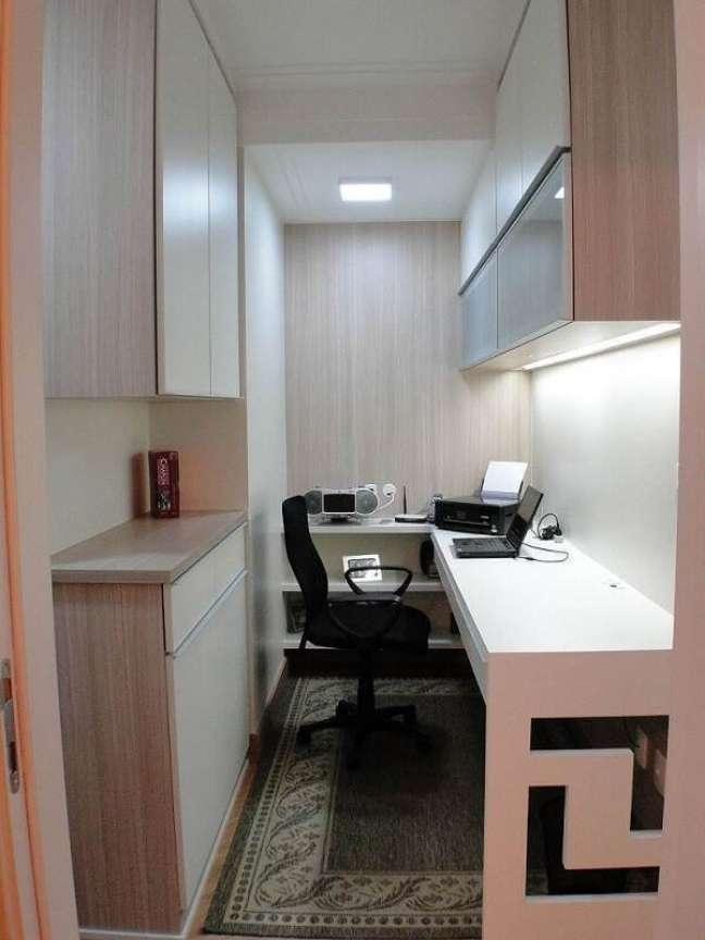 56. Escritório pequeno com iluminação embutida no armário. Projeto de Giuliano Luchetti