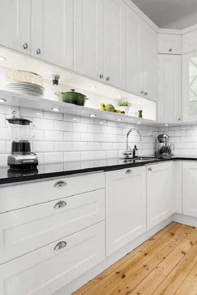 2. Decoração de cozinha planejada com gabinete branco e piso de madeira – Foto: Ape L208