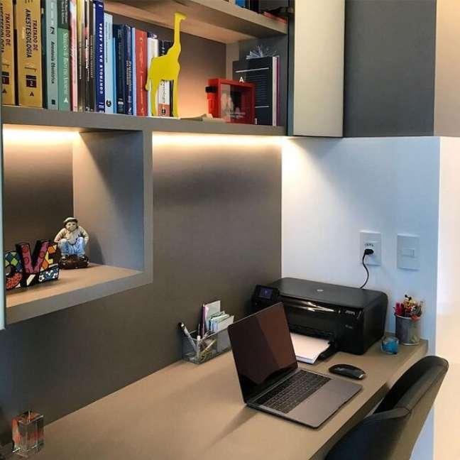 29. Móveis planejados e iluminação embutida para escritório pequeno. Foto: By Sandra S