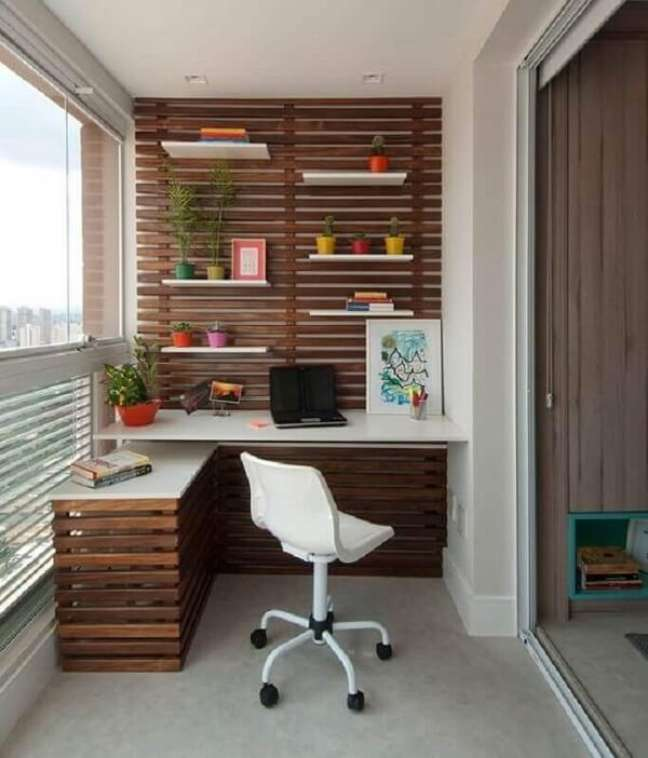 70. Bancada planejada decora o escritório pequeno na varanda. Foto: Jeito de Casa