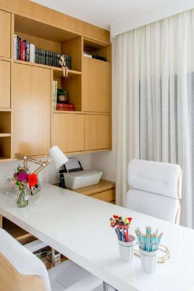 81. A cortina branca barra parcialmente a entrada de luz natural no escritório pequeno. Projeto de Lu Boschi Designer de Interiores