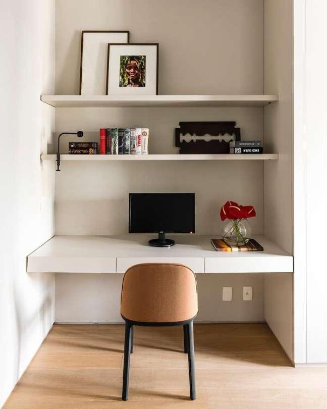 59. Decoração planejada e simples para escritório pequeno. Foto: Triart Arquitetura
