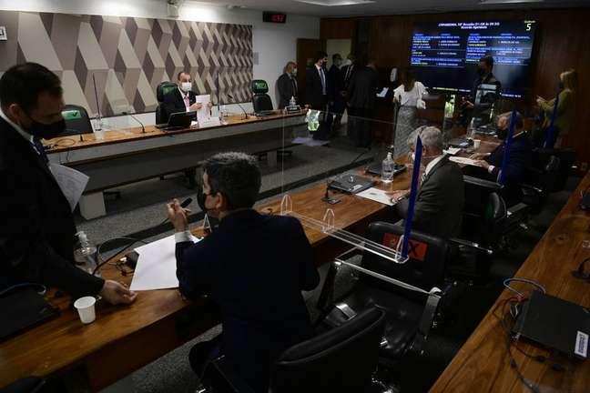 CPI da Covidrealiza reunião administrativa após adiamento de depoimento de diretora da VTCLog.