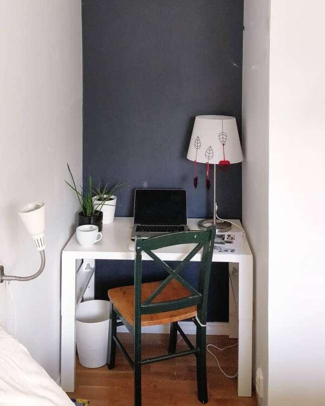58. Decoração simples para escritório pequeno. Foto: Monika