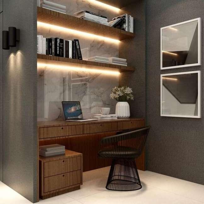 78. A iluminação traz um toque especial para o escritório pequeno. Foto: Gustavo Machado