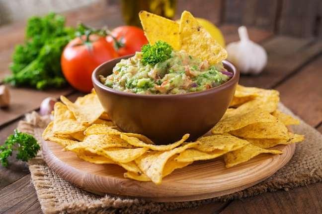 1. Guacamole servido com nachos, um aperitivo delicioso! – Foto iStock