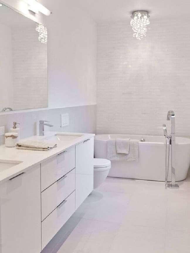 60. Gabinete para banheiro branco decorado com banheira de imersão – Foto: Decor Fácil