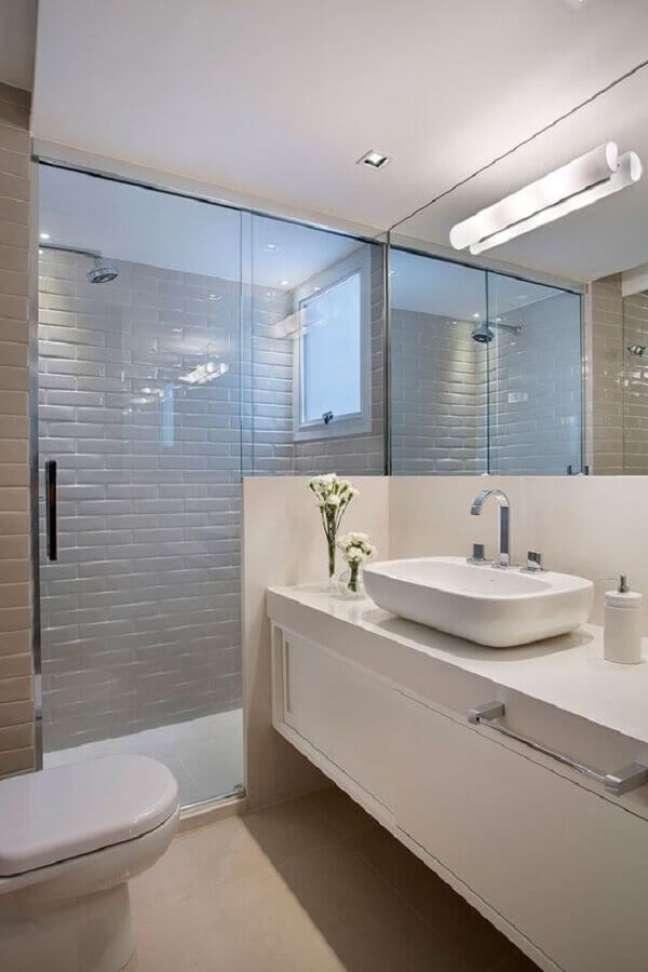 62. Gabinete para banheiro branco decorado com metro white – Foto: Adriana Esteves Arquitetura