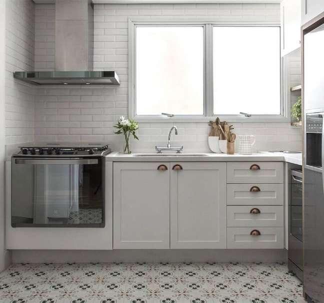 36. Decoração vintage para cozinha com metro white e gabinete branco – Foto: Thiago Travesso
