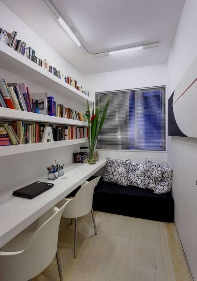 61. As prateleiras ajudam na organização dos livros do escritório pequeno. Projeto de Denise Macedo