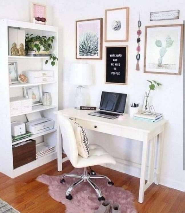 67. Cores para escritório pequeno: aposte me tons claros, pois eles trazem a sensação de amplitude. Foto: Melissa Pridgen