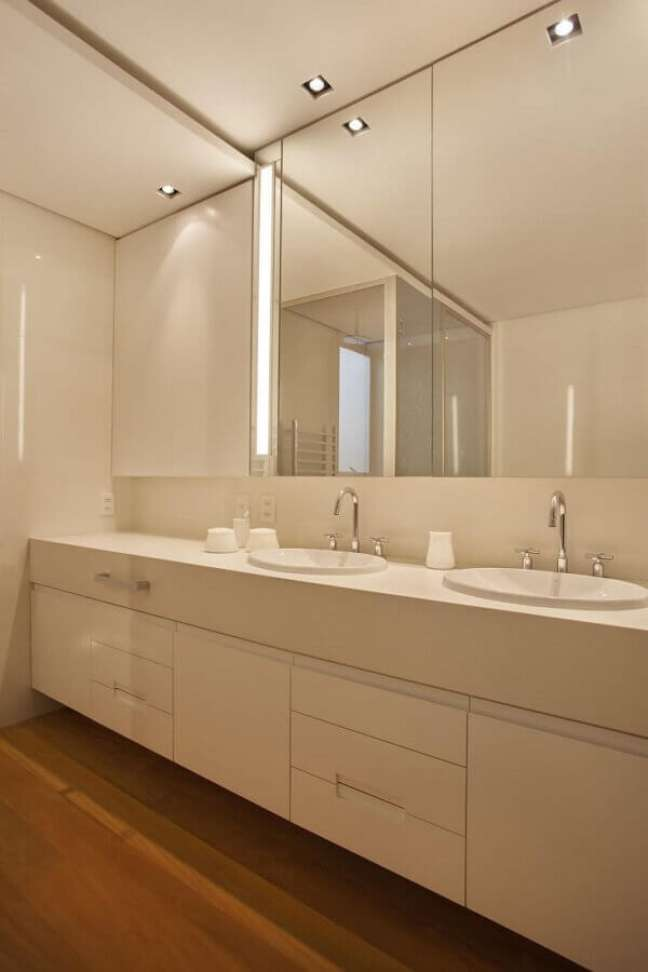 20. Decoração com gabinete branco para banheiro grande – Foto: Escala Arquitetura