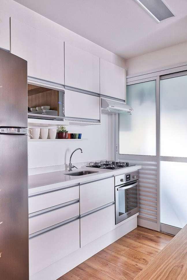 3. Decoração com gabinete branco para cozinha pequena de apartamento – Foto: Voa Arquitetura