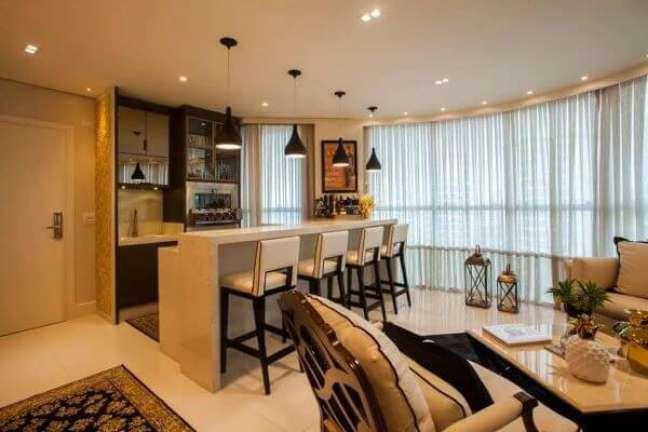 28. Casa conceito aberto com bancada de quartzo e banquetas para refeições – Foto Toddo Arquitetura e Engenharia
