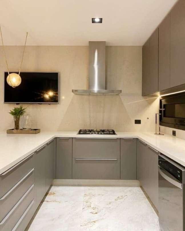 54. Decoração de cozinha em u com bancada de quartzo branca e armários cinza – Foto Nathália Montans Arquitetura