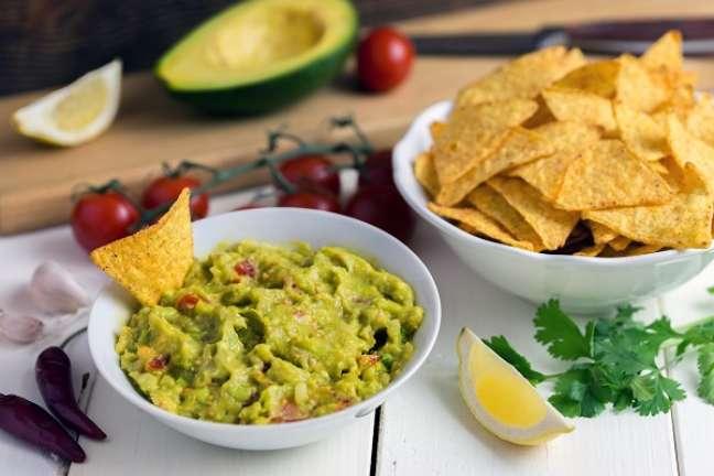 4. Guacamole com tortilla na vasilha branca – Foto iStock