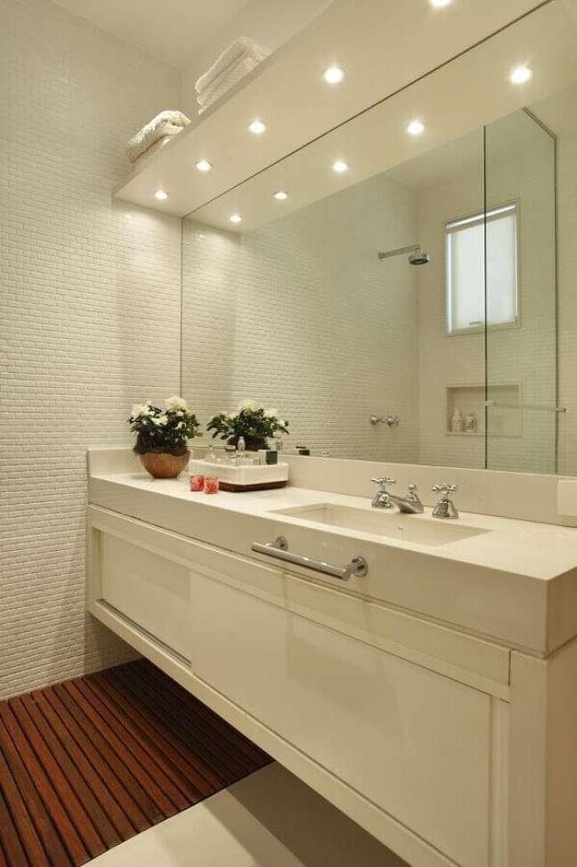 43. Gabinete branco para banheiro decorado com revestimento 3D – Foto: Elizabete Abate