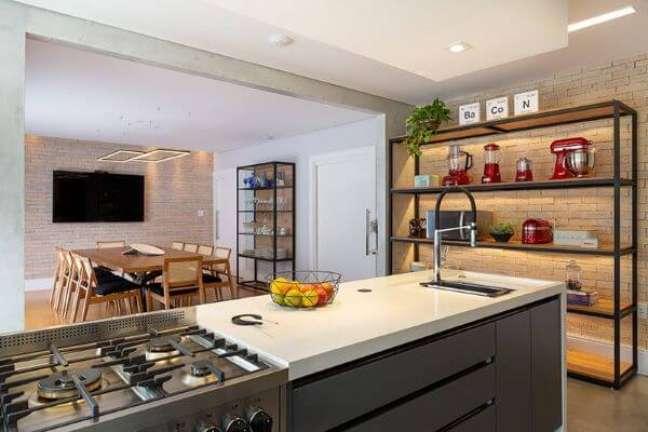 3. Bancada de quartzo branca com armários cinza e estante metálica – Foto Gabriela Toledo Arquitetura e Interiores