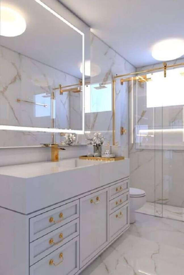 34. Decoração sofisticada com gabinete para banheiro branco com detalhes dourados – Foto: Archtrends