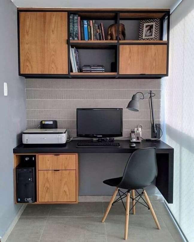 55. Escrivaninha suspensa para escritório pequeno na varanda. Foto: Jeito de Casa