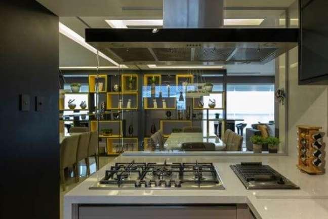 29. Cooktop na bancada de quartzo em L – Foto Lam Arquitetura e Interiores