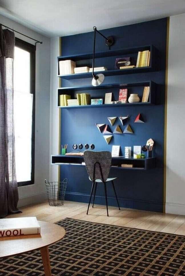 64. Cores para escritório pequeno que tal apostar em tons de azul no seu ambiente. Foto: Blog Decor Diário