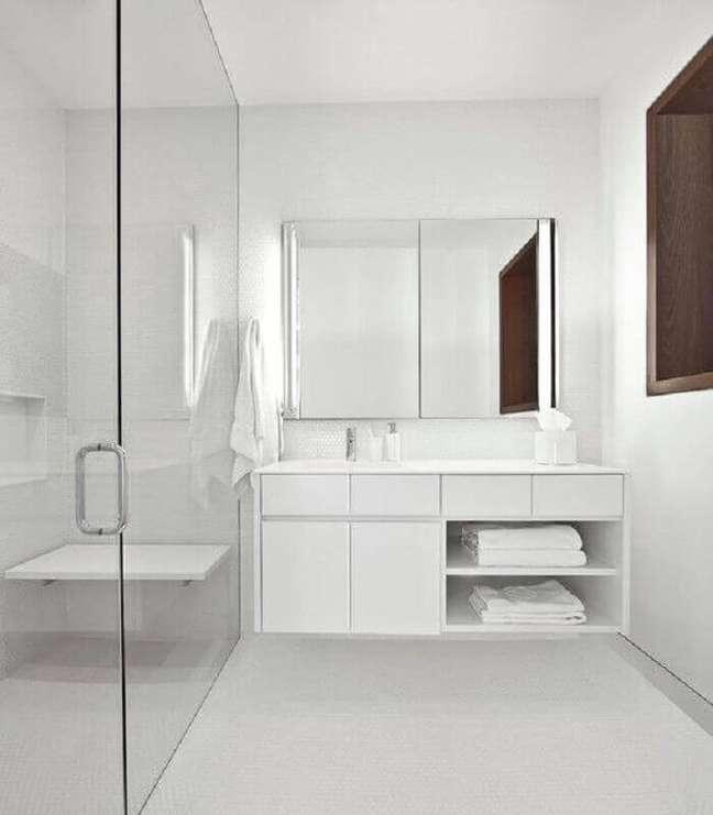 17. Decoração clean para banheiro minimalista com gabinete branco – Foto: Vinci Hamo Architects