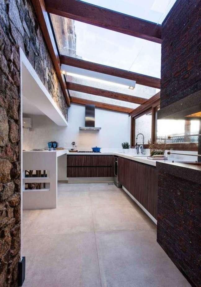38. Cozinha com bancada de quartzo branco e armários de madeira – Foto Juliana Pippi