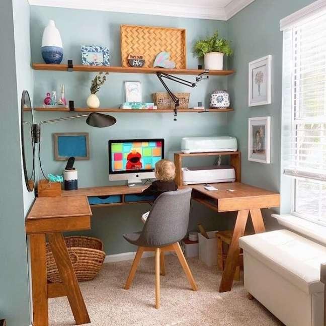 15. Que tal apostar em uma mesa em formato de U para o escritório pequeno? Foto: Morgan Mcbride