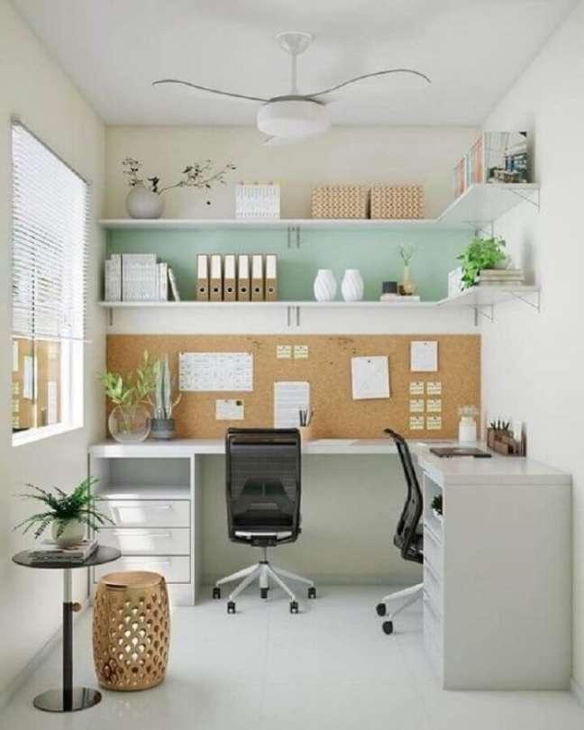 8. O mural de cortiça permite a fixação de lembretes no escritório pequeno. Foto: Amanda Mejia