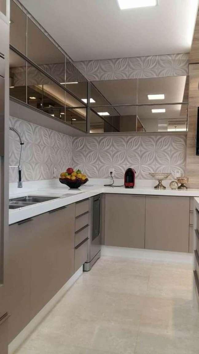 11. Armário de cozinha espelhado com bancada de quartzo -Foto Cozynook