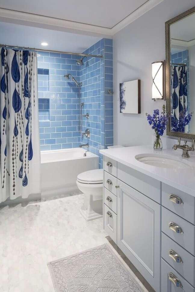 41. Gabinete branco para banheiro branco e azul decorado com estilo clássico – Foto: Landscape Designs