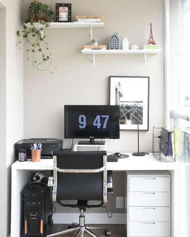 47. Gaveteiros e prateleiras ajudam na organização do escritório pequeno. Foto: Meu Pequeno Studio